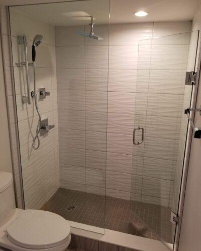 Slopeside Condos - Horsevalley Resorts- Shower Enclosures